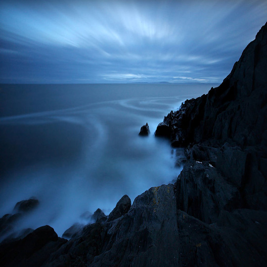 Những mỏm núi và biển như quyện vào nhau.