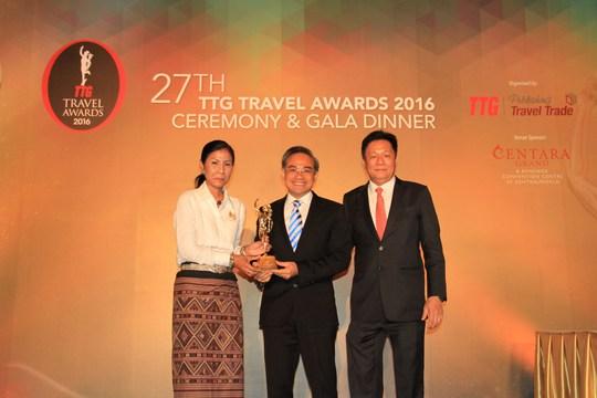Ông Trần Đoàn Thế Duy, Phó Tổng Giám đốc Công ty Vietravel, nhận giải TTG Travel Awards 2016 tại Thái Lan Ảnh: VIETRAVEL