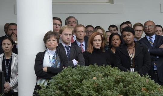 Nét mặt thẫn thờ của các nhân viên Nhà Trắng. Ảnh: AP