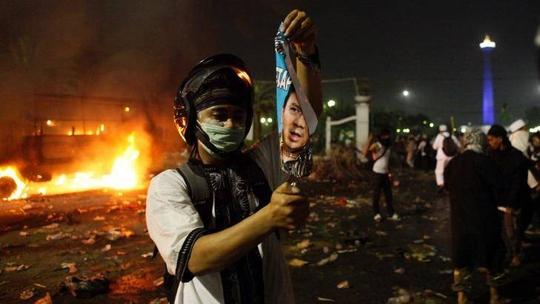 Người biểu tình đốt áp-phích có hình Thống đốc Jakarta Basuki Tjahaja PurnamaẢnh: THE AGE