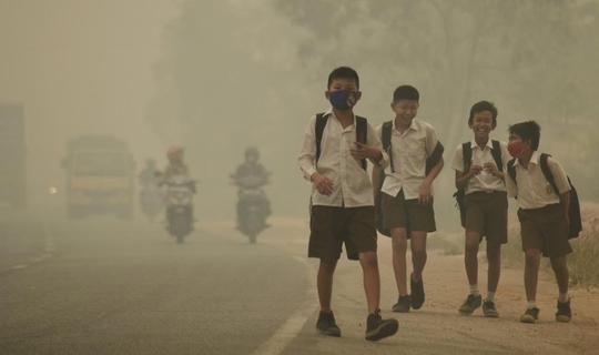 Học sinh tan trường sớm do khói mù ở Jambi - Indonesia tháng 9-2015 Ảnh: REUTERS