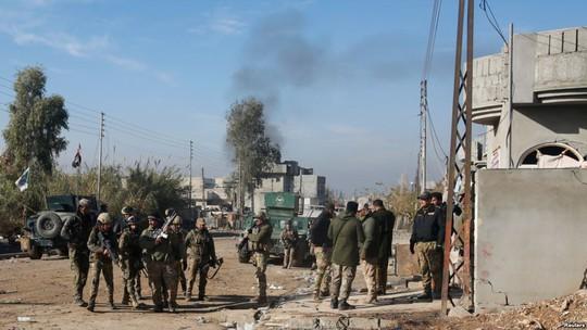 Lực lượng Iraq tham gia cuộc đụng độ với các tay súng IS ở TP Mosul hôm 22-12-2016. Ảnh: Reuters