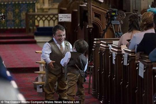 James và anh trai Phil có cha mẹ cao bình thường nhưng cả hai đều mắc hội chứng người lùn do bị đồng hợp gen lặn mang bệnh. Phil cũng chính là phù rể cho James trong lễ cưới.