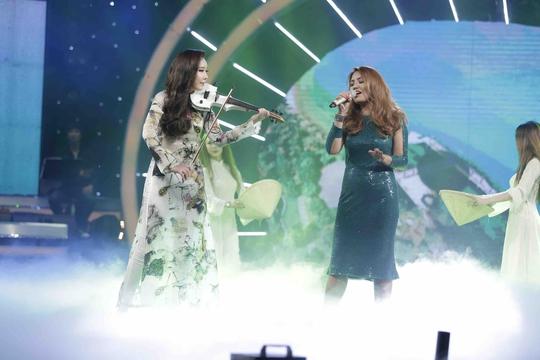 Janice Phương gây ấn tượng với ca khúc Hello Việt Nam!