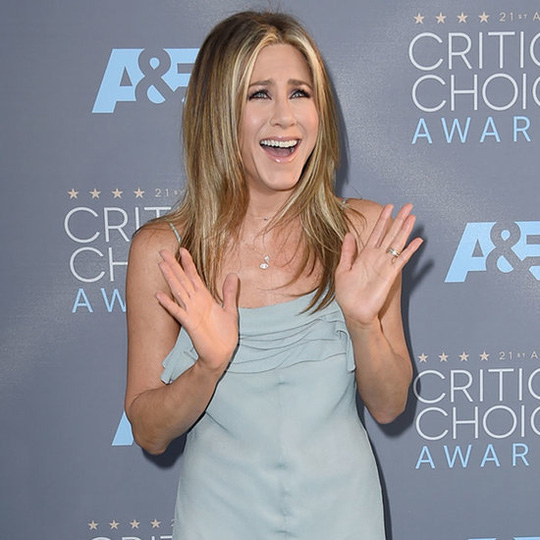 Sự xuất hiện của Aniston khiến thầy trò Mourinho ngơ ngác