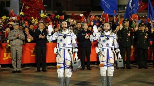 Jin Hai-ping (trái) và Chen Du sẽ ở lại Thiên Cung 2 trong 30 ngày. Ảnh AP