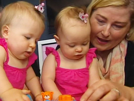 Cô Kate Hill bên 2 con gái Charlotte và Olivia. Ảnh: Today Tonight