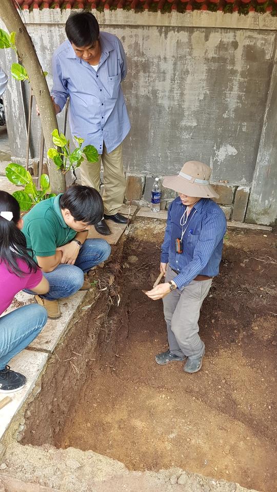 Các chuyên gia đang khảo cổ tại vị trí có nền móng lạ
