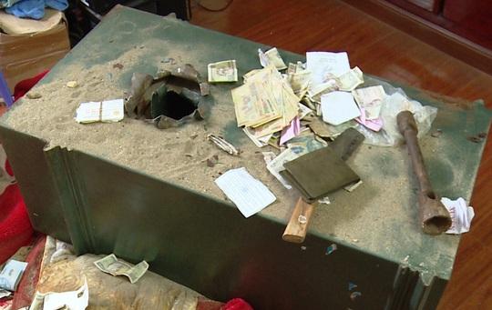 tang vật và một số dụng cụ dùng để đục két sắt của các đối tượng bị công an thu giữ.