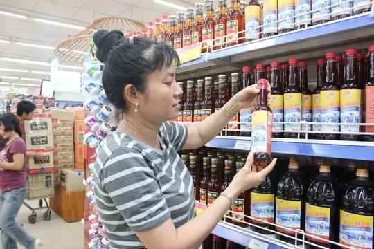 Khách hàng mua nước mắm tại Co.opmart Đinh Tiên Hoàng sáng 21.10.2016 – Hồng Phượng