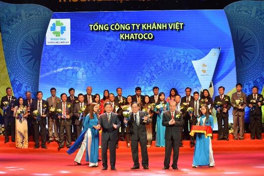Ông Nguyễn Đình Hương, Phó Tổng giám đốc Tổng công ty Khánh Việt đại diện lên nhân danh hiệu