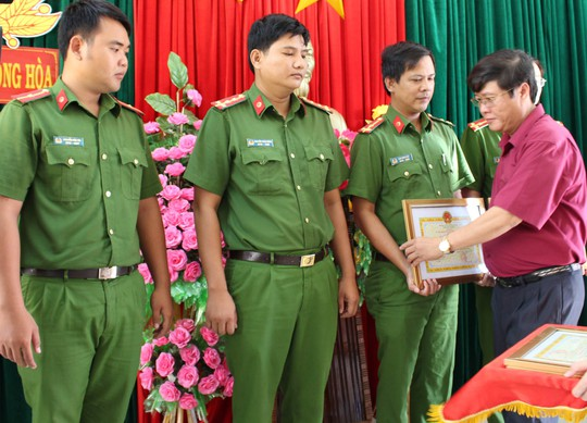 Khen thưởng các cán bộ Công an huyện Đông Hòa vì tóm gọn nhóm côn đồ trong 16 giờ