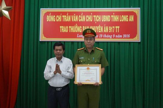 Chủ tịch UBND tỉnh Long An Trần Văn Cần trao bằng khen cho PC45 tỉnh Long An