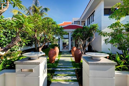 Bạn nên bố trí mặt nước, cây xanh theo bố cục mềm mại nếu ngôi nhà có nhiều nét vuông, thẳng