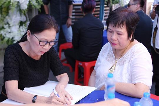 Nghệ sĩ Kim Xuân ghi sổ tang