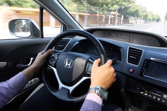 Lái thử chiếc xe muốn mua để kiểm tra là khâu quan trọng nhất