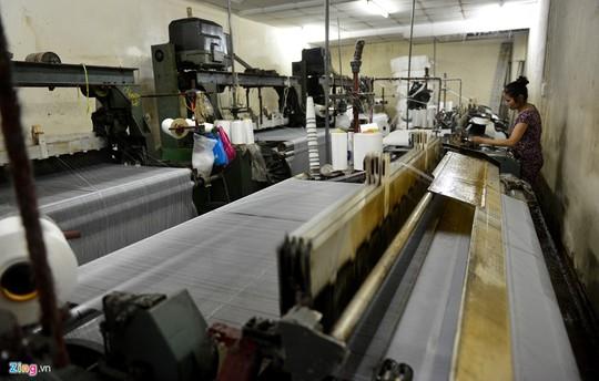 Đến năm 2001, phong trào thay đổi từ máy dệt khung gỗ sang máy nước, máy kim của Trung Quốc nở rộ, ai cũng hy vọng sống lại ngành dệt Bảy Hiền.