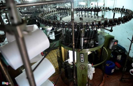 Mặc dù giá thành cao từ loại vài chục triệu cho đến những loại vài trăm triệu nhưng nhiều hộ vẫn bấm bụng mua máy mới để sản xuất. Máy móc hiện đại, không cần nhiều công nhân vận hành nhưng năng suất rất cao.