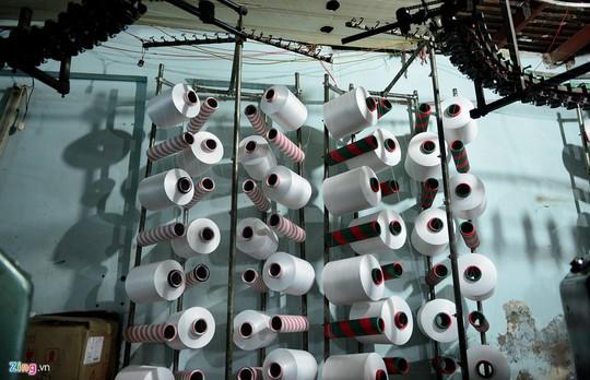 Các cơ sở dệt sản xuất ồ ạt nên sản phẩm làm ra nhiều khiến hàng tồn đọng, tiền gia công từ 5.000 đồng xuống còn 800 đồng/m2. Tiền bán sản phẩm không đủ bù vào tiền mua máy, tiền công thợ nên nhiều hộ thua lỗ thê thảm.