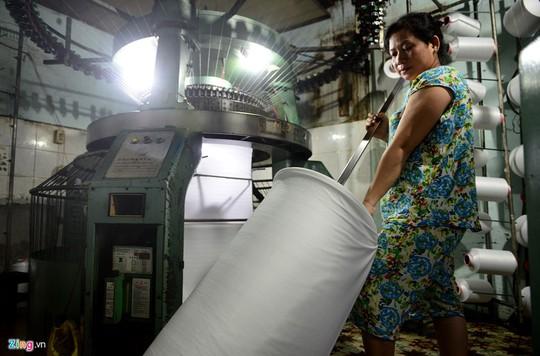 Máy móc hiện đại chạy tự đông, một người có thể điều khiển, theo dõi 4-6 cái. Một máy kim loại cũ có thể dệt trung bình 70-80 kg vải/ngày.