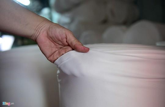 Hàng sản xuất có chất lượng bền đẹp nức tiếng nhưng bước vào thời kỳ cơ chế thị trường, vải của làng dệt Bảy Hiền bị cạnh tranh gay gắt bởi vải ngoại nhập, nhất là từ Trung Quốc, bởi giá thành rẻ, mẫu mã đẹp.