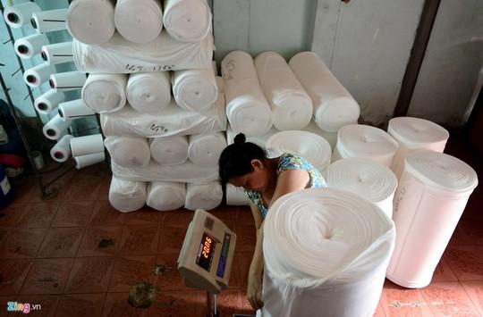 Các cơ sở, hộ gia đình có máy móc hiện đại dệt nhiều hàng hóa nhưng việc bán ra gặp rất nhiều khó khăn. Việc thua lỗ kéo dài đã kéo làng dệt Bảy Hiền đi vào ngõ cụt, thấp thỏm tan rã. Thế hệ con em làng dệt nức tiếng một thời ở Sài Gòn ngày nay đã không còn mặn mà với nghề truyền thống. Hiện làng dệt Bảy Hiền có đến 70% hộ dân chuyển đổi ngành nghề.
