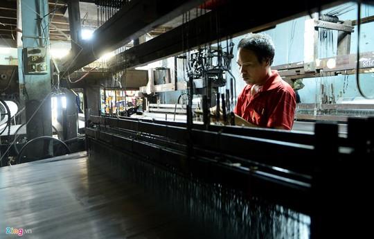 Anh Trương Mậu Đông (40 tuổi), ngụ đường Nguyễn Bá Tòng, khu phố 3, phường 11 là người duy nhất của thế hệ thứ hai ở làng này theo nghề dệt vải của gia đình. Một mình anh phụ trách 4 máy dệt khung gỗ cũ kỹ, công nghệ của những năm 1980 của thế kỷ trước.