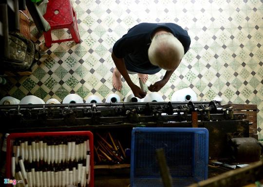 Cụ Trương Tôn (84 tuổi), một trong những người di cư từ Quảng Nam vào từ năm 1963, làm dệt vải tại khu vực Bảy Hiền cho đến nay. Trải qua nửa thế kỷ gắn bó với nghề, hiện cụ vẫn phụ giúp anh Đông (con trai cụ) lắp sợi vào máy cuốn.