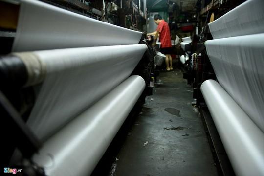 Một máy dệt gỗ cổ lỗ sĩ hoạt động trọn vẹn một ngày trung bình dệt được 40-50 m vải mộc loại phi bóng. Loại vải này bán ra thị trường có giá khoảng 7.000 đồng/m.