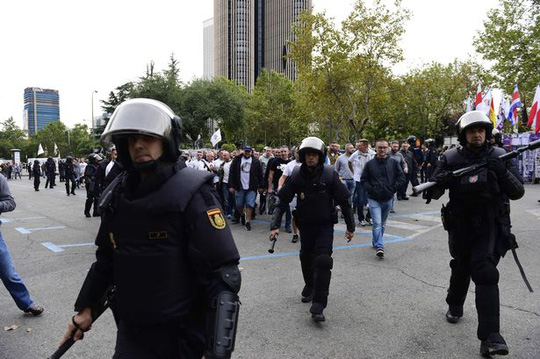 Thua đậm Real, CĐV Legia nổi điên tấn công cảnh sát