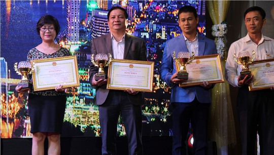 Các doanh nghiệp nhận bằng khen tại Lễ tôn vinh