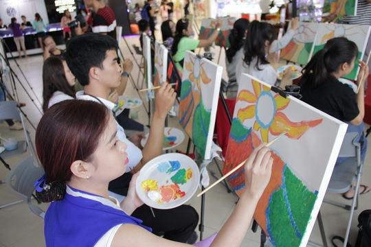 Khách hàng của Lotte Mart trong một lớp vẽ tranh nhân ngày 20-10