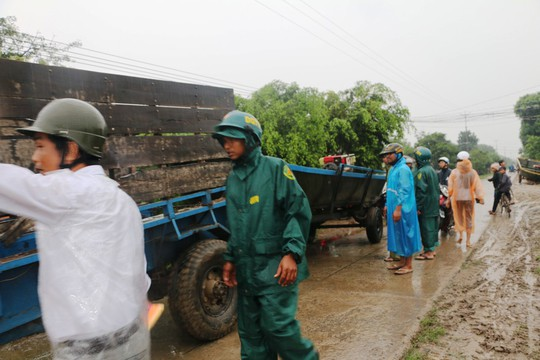 Lực lượng chức năng chuẩn bị thuyền cứu hộ dân