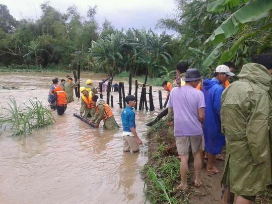 Lực lượng cứu hộ Bình Định đang giúp bà con địa phương đối phó với lũ