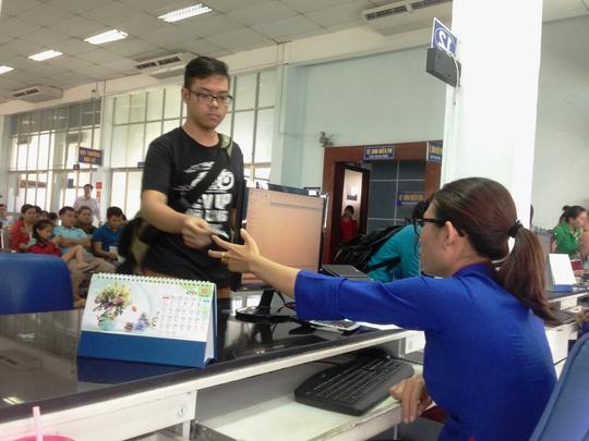 Hành khách mua vé tàu Tết tại ga Sài Gòn