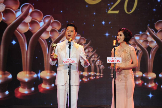 Ca sĩ Đức Tuấn nhận giải Ca sĩ hát nhạc truyền thống cách mạng được yêu thích nhất tại lễ trao Giải Mai Vàng lần thứ 20-2014 Ảnh: Ban tổ chức