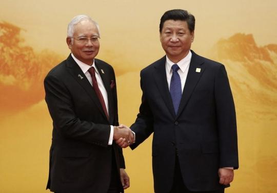 Thủ tướng Malaysia Najib Razak (trái) bắt tay Chủ tịch Trung Quốc Tập Cận Bình tại diễn đàn APEC tại Bắc Kinh năm 2014 Ảnh: REUTERS
