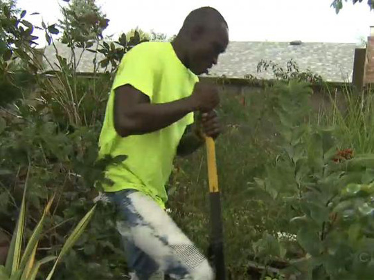 Anh Manu đến Canada làm vườn để kiếm tiền gửi về xây dựng quê nhà. Ảnh: CTV News