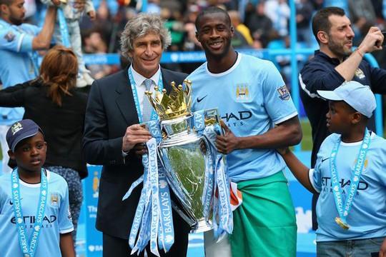Toure góp công lớn giúp Man City 2 lần giành Cúp Premier League và các danh hiệu khác và là thần tượng của nhiều CĐV