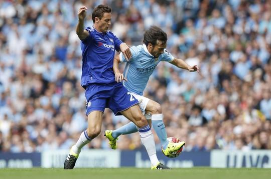 Matic (trái) của Chelsea sẽ có nhiệm vụ khóa chặt ngòi nổ D.Silva của Man CityẢnh: REUTERS