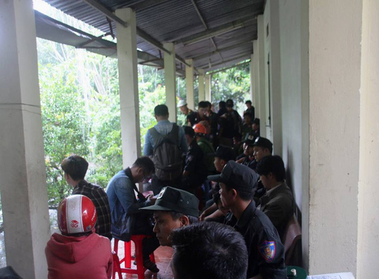 Lực lượng Cảnh sát cơ động bổ sung phải trú trong hiên chùa Kim Liên khi trời mưa lớn.
