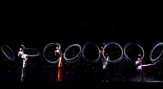 Những động tác múa điêu luyện cùng sự tương tác ăn ý với hình ảnh 3D