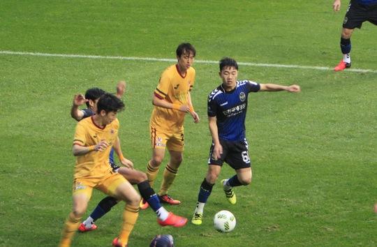 Xuân Trường thi đấu như một chiến binh ở trận Incheon United thắng Gwangju 2-0
