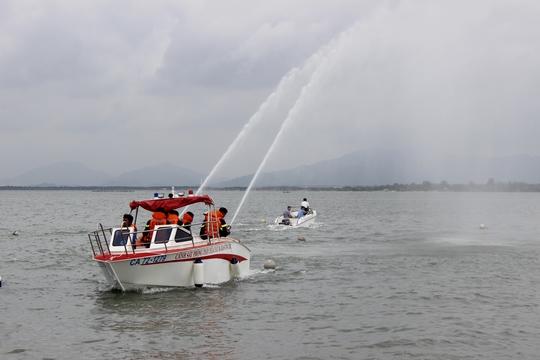 Ca-nô được thiết kế nhỏ, nhẹ, tốc độ cao phù hợp với việc chữa cháy, tuần tra trên sông
