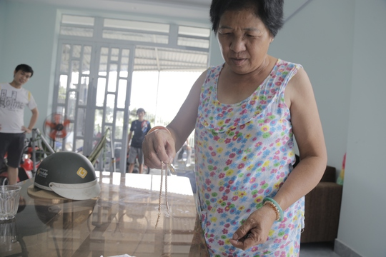 Bà Hoa cùng sợi một nửa sợi dây chuyền còn lại