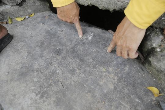 Dấu vết cho thấy hố ga từng được gắn thanh chắn rác nhưng sau đó thanh chắn không còn