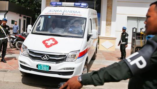 Một chiếc xe cấp cứu tại hiện trường vụ nổ súng. Ảnh: The Phnom Penh Post