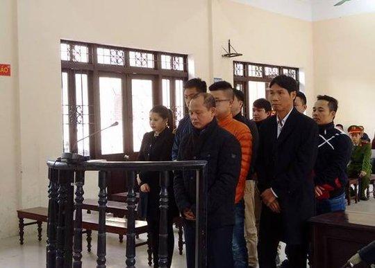 Minh sâm (áo đen, đứng đầu) cùng đồng phạm tại phiên toà ngày 25-11
