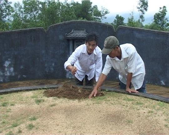 Người dân tìm đinh trên phần mộ gia đình mình