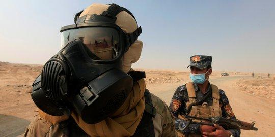 Lính Iraq đeo mặt nạ phòng độc sau khi IS đốt nhà máy sulphur. Ảnh: REUTERS